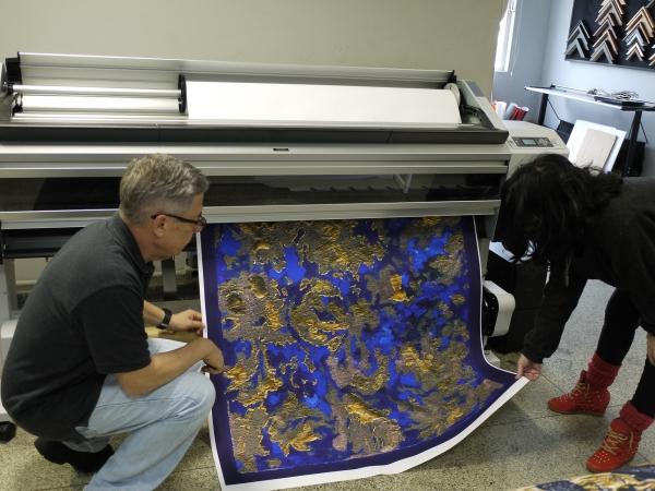 Sergio Carvalho da ArtPhoto e Lucia Py, artista acompanham o processo de impressão.